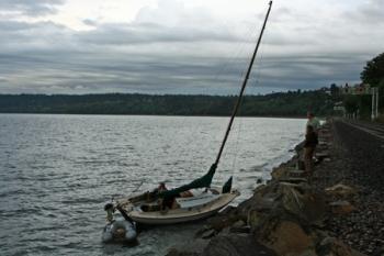 Zeilboot die vastgelopen is voor de kust